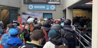 Wintersporters hebben totale laks aan coronaregels: lange rijen met op elkaar gepropte mensen